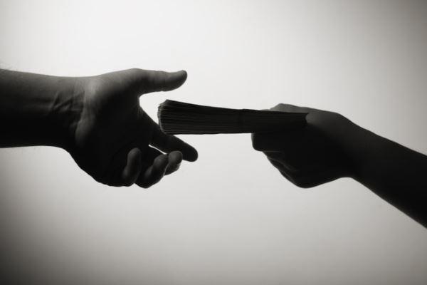 Как правильно давать деньги в долг друзьям?