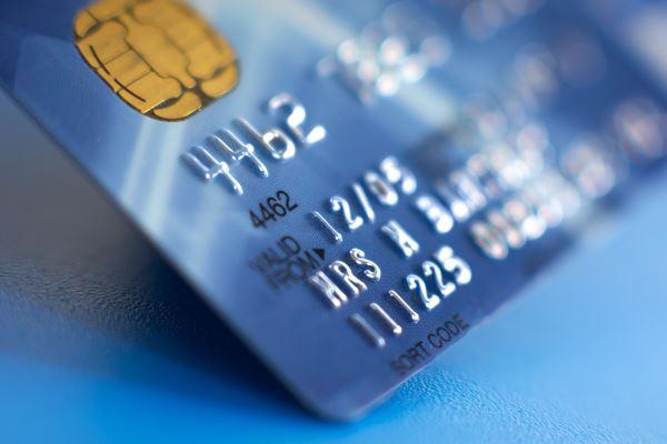 Что выбрать: кредитную карту или дебетовую