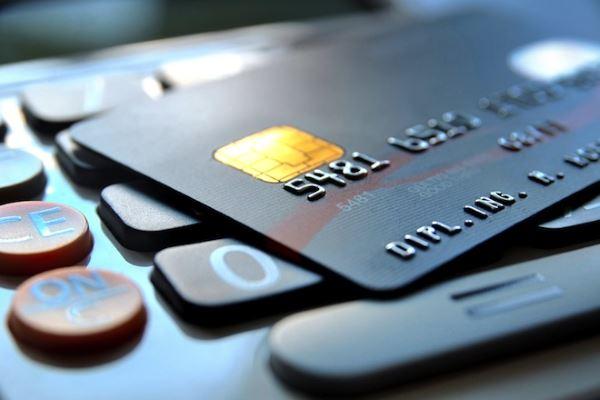В чем различия между пластиковыми картами банков