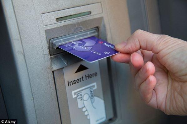 Стоит ли обналичивать деньги с кредитной карты?