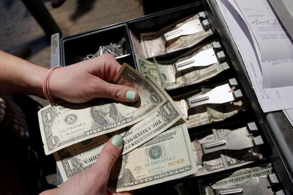 Безналичные расчеты против наличных денег. Борьба не окончена