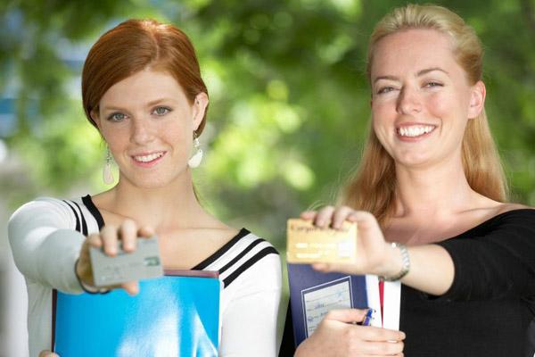Стоит ли молодым людям завести кредитную карту?