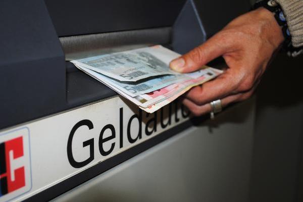 Как можно снять деньги с кредитной карты?