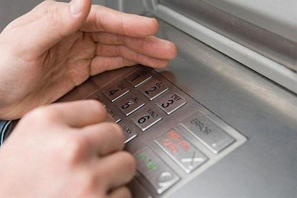 Какие способы используются мошенниками для кражи денег с кредиток через банкомат?