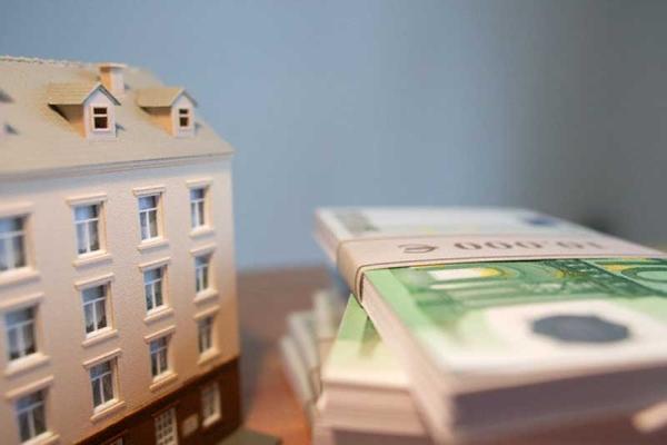 Операции с недвижимостью: способы передачи жилья родственникам