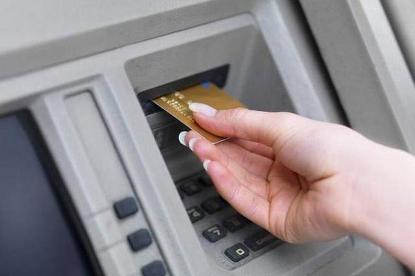 Что делать, если банкомат не отдал карту?