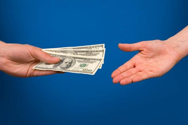 Стоит ли одалживать деньги и как правильно это сделать?