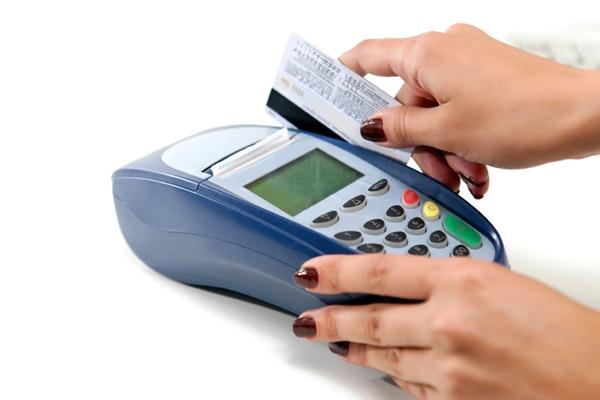 Безналичные расчеты – банкам и магазинам выгодно. А их клиентам?